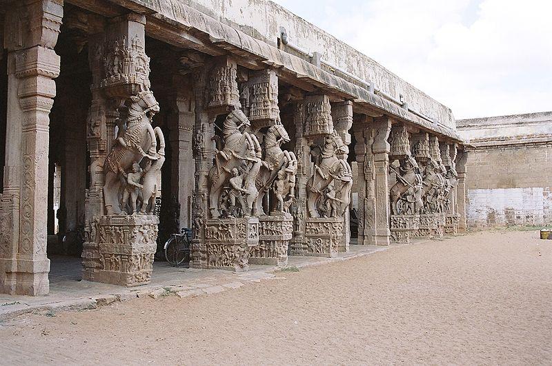 800px-Carved_pillars_in_the_Srirangam_te