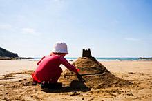Enfant réalisant un sable