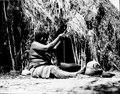 Choroti; kvinna, tillverkande ett lerkärl. färdiga kärl. Gran Chaco. Bolivia - SMVK - 004785.tif