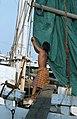 Collectie NMvWereldculturen, TM-20020643, Dia, 'Man in de weer met een zeil aan boord van een Buginese prauw in de haven Sunda Kelapa', fotograaf Henk van Rinsum, 1980.jpg
