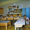 Collectie Nationaal Museum van Wereldculturen TM-20029645 Klaslokaal in een school voor bijzonder lager onderwijs Aruba Boy Lawson (Fotograaf).jpg
