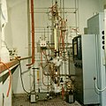 Continuous Oldershaw laboratory fractionation column in 1960-70.jpg