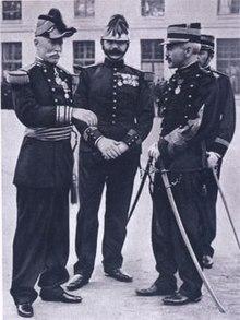 A la derecha, Alfred Dreyfus rehabilitado. En el centro, el capitán Targe, investigador y descubridor de numerosos fraudes