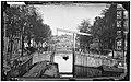 De Melkmeisjesbrug (Brug 16) over de Brouwersgracht, gezien in zuidoostelijke richting van de Herengracht naar de wipbrug (Brug 15) voor het Singel, vernieuwd in 1880.jpg