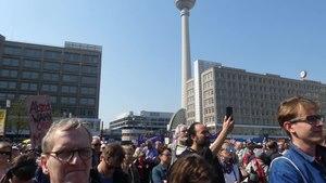 File:Demo in Berlin zum Referendum über die Verstaatlichung großer Wohnungsunternehmen.webm