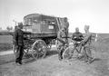 Der mobile Brieftaubenwagen und ein Radfahrer mit einem Brieftaubenkorb - CH-BAR - 3240822.tif