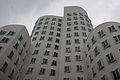 Der neue Zollhof, weißes Gebäude, Düsseldorf.jpg