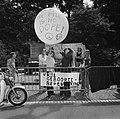 Dolle Mina beweging protesteert bij Pauselijke Nuntius te Den Haag tegen geboort, Bestanddeelnr 926-5696.jpg