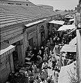 Drukbezocht marktstraatje in de stad, Bestanddeelnr 255-2267.jpg