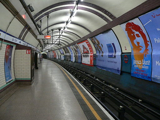 Eastbound Piccadilly Line platform at Earl's Court tube staiton 01