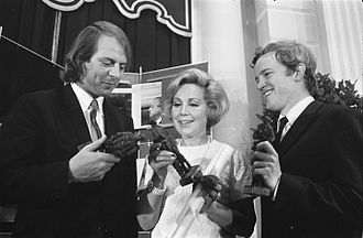 Edo de Waart - De Waart (right) with Karlheinz Stockhausen and Anneliese Rothenberger, receiving the Dutch Edison music awards in 1969.