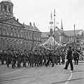Een detachement van de Koninklijke Marine defileert. Achter hen de vrijheidsbo…, Bestanddeelnr 900-4326.jpg