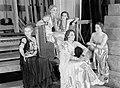 Een groepje danseressen tussen de coulissen in Teatr Wielki, Bestanddeelnr 190-1218.jpg