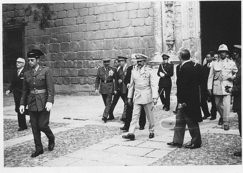 El emperador de Etiopía Haile Selassie I visita Toledo en abril de 1971. Dettrás, el general Francisco Franco.
