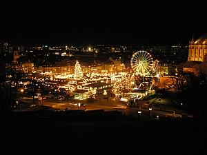 Der Erfurter Weihnachtsmarkt bei Nacht von der...