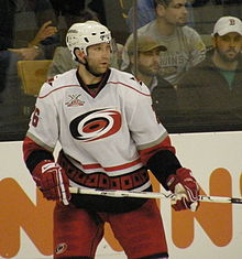 Photo de Erik Cole dans la tenue des Hurricanes de la Caroline.