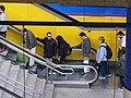 Estación de Canillas, pasajeros accediendo a la escalera, Línea 4, Madrid, España, 2015.JPG