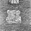 Exterieur, gevelsteen zwaar verweerd - Haarlem - 20320292 - RCE.jpg
