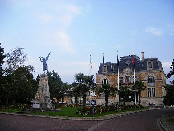 L'hôtel de ville et le monument aux morts.