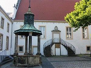 300px-Falkenhof-Brunnen-Treppe-50.jpg