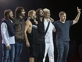 De Foo Fighters in 2017 na een optreden, van links naar rechts: Chris Shiflett, Rami Jaffee, Taylor Hawkins, Dave Grohl, Pat Smear en Nate Mendel