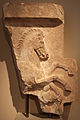 Frammento di stele funebre con battaglia equestre, da atene-chalandri, 400 ac ca.JPG