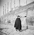Geestelijke in een straat in de buurt van het Forum Romanum, Bestanddeelnr 254-5544.jpg
