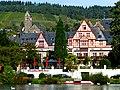 Germany - Traben-Trarbach - Hotel Moselschlößchen – links vor den Weinbergen die kath. Kirche St. Nikolaus - panoramio.jpg