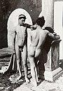 Gloeden, Wilhelm von (1856-1931) - n. 0250 - 1902 - ragazzo con Tenia - Sicilianboys p. 14 & Auch ich in Arkadien p. 114.jpg