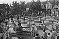 Godfried Bomans en dr. Max Euwe spelen schaakspel met levende stukken, Haarlem , Bestanddeelnr 923-7911.jpg