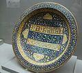 Gran plat de ceràmica blau i daurada, tallers de Manises, segle XIV-XV. Museu de la Ciutat de València.jpg