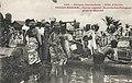 Grand-Bassam-Arrivée des pirogues pour le marché (Côte d'Ivoire).jpg