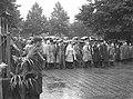 HUA-166936-Afbeelding van de aanwezigen bij de onthulling -in de stromende regen- van het monument voor tijdens de oorlog gevallen spoorwegpersoneel, aan het Moreelsepark te Utrecht, met in het midden Prins Bern.jpg