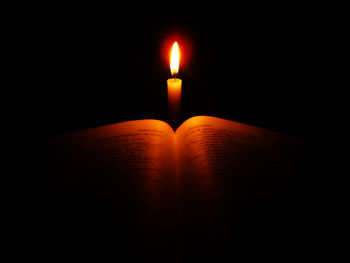 English: Bible in candlelight.