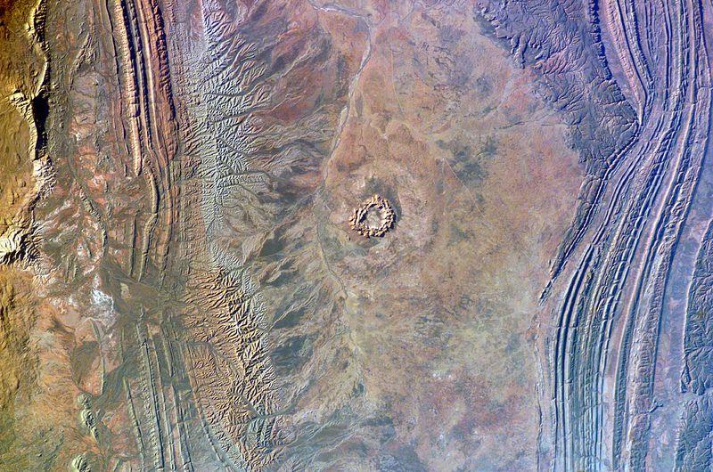 Resultado de imagen de Hace aproximadamente unos seiscientos millones de años, un meteoro gigante cayó del cielo y abrió un enorme agujero en lo que ahora es la península de Eyre. El agujero original media al menos noventa kilómetros de diámetro y varios de profundidad. El lago Acraman
