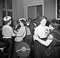 In de salons van de grote modehuizen dansen de meisjes met hun gasten, Bestanddeelnr 254-0150.jpg