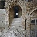 Interieur traptoren- het niet ingestorte deel, gezien vanuit het zuiden; rechtsonder- gemetselde spil met lichtschacht - Nederhemert-Zuid - 20342374 - RCE.jpg