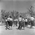 Inwoners van een kibboets dansen en zingen tijdens de herdenking van de onafhank, Bestanddeelnr 255-0746.jpg