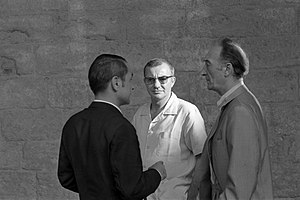 Jean Vilar - Jean Vilar (right) in Festival d'Avignon 1967 with Antoine Bourseiller (left), and François Billetdoux.