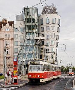 Jiráskovo náměstí, Tatra T3R.P a Tančící dům.jpg