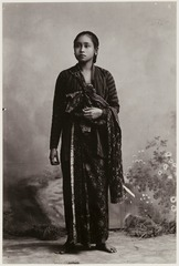 KITLV 28538 - Kassian Céphas - A studio portrait of a young woman Yogyakarta - Around 1900.tif