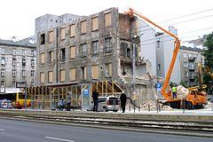 Uprzątanie zniszczeń po katastrofie budowlanej podczas rozbiórki ...