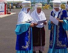 Femmes kazakhes portant des vêtements traditionnels.