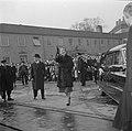 Koningin Ingrid zwaaiend op de kade in Kopenhagen met op de achtergrond toeschou, Bestanddeelnr 252-8656.jpg