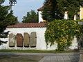 Kostel sv. Václava, Stará Boleslav, nádvoří s náhrobky.JPG