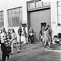 Kwatta-chocoladefabriek te Breda in moelijkheden, meisjes verlaten fabriek, Bestanddeelnr 926-6759.jpg