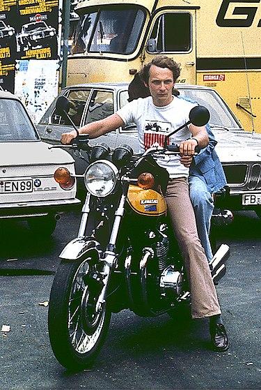 ניקי לאודה בשנת 1973, סמוך למסלול הגרנד פרי הגרמני - מויקיפדיה בעברית.