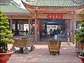 """Lentrée de la salle de prière du temple de la Déesse """"Ba Chua Xu"""" (Vinh Te, Vietnam) (6602139549).jpg"""