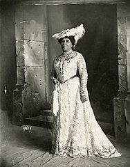 Liliuokalani in plumed hat (PP-98-13-018).jpg