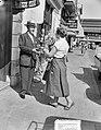 Lou Bandy 19 april 65 jaar. Voor zijn Hotel-Restaurant Lion d'Or aan de Kruisstr, Bestanddeelnr 907-0809.jpg